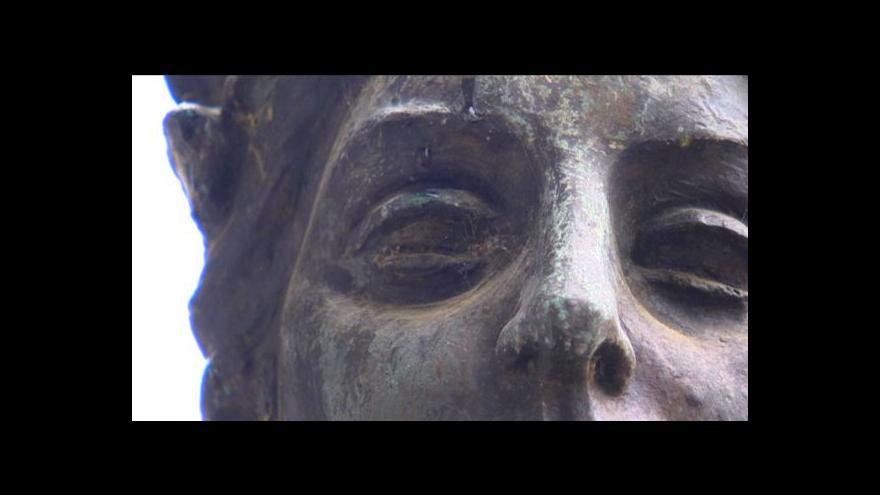 Video Socha od akademického umělce by měla skončit na dně lomu