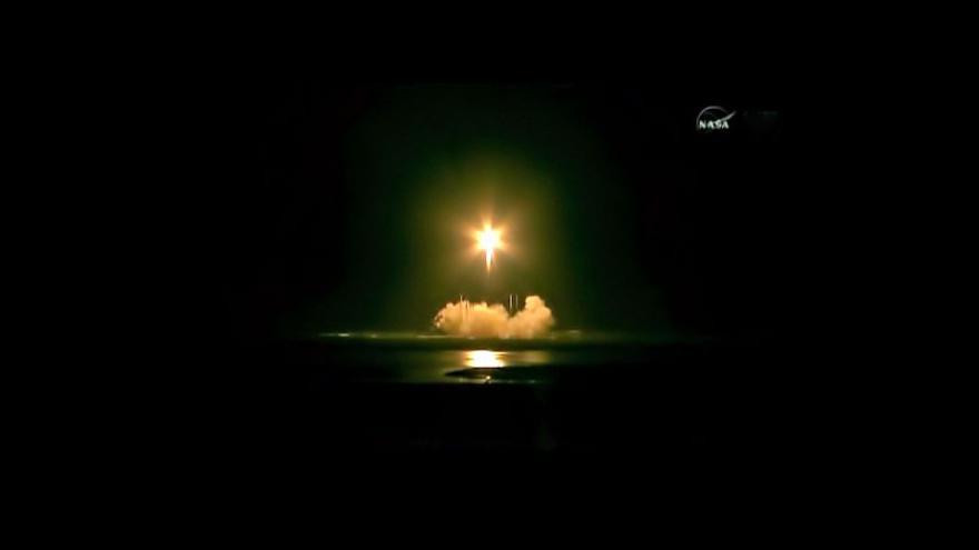 Video Dragon veze k ISS mimo jiné i nohy pro Robonauta 2
