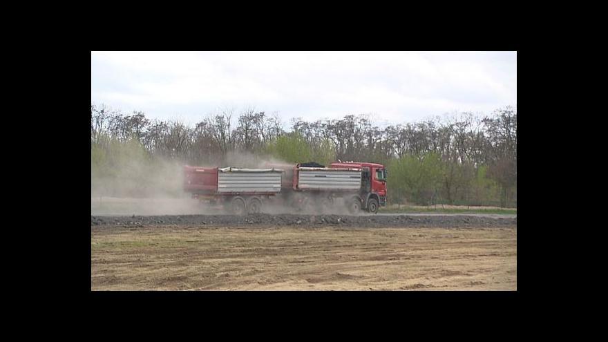 Video Kamiony u Vodochod: Rekonstrukce ranveje nebo návoz materiálu na rozšíření letiště?