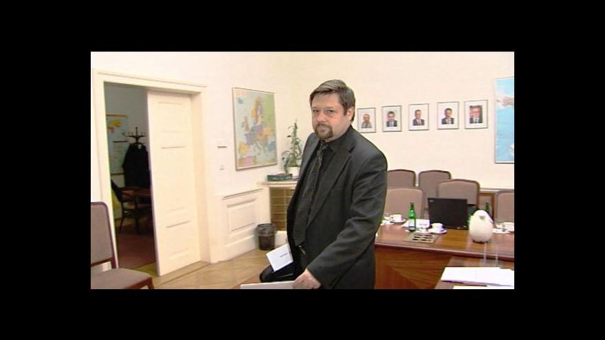 Video Exposlanec Wolf prchá před spravedlností už rok
