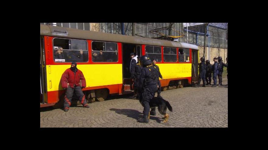 Video Uklidnění rozvášněných sportovních fanoušků v městské hromadné dopravě - námět cvičení pořádkové policie