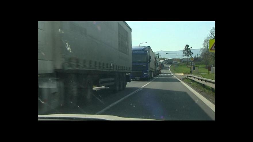 Video Ropici přetnula šňůra kamionů, postávají před úzkým mostem