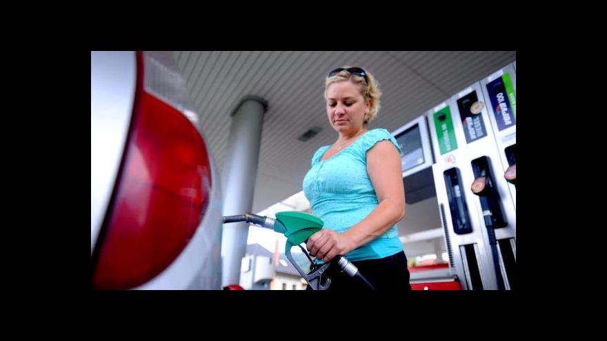 Video Víc benzinu než je zdrávo? Přetankovaná nádrž může řidiči zatopit