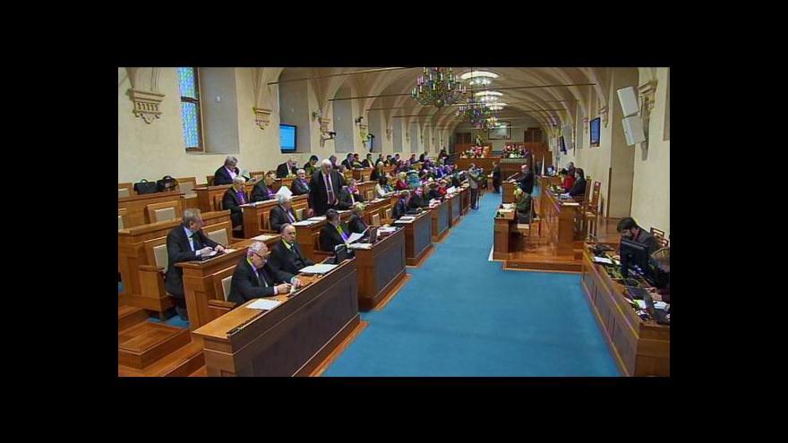 Video Události: Části senátorů se nelíbí, že by přišli o plat starosty