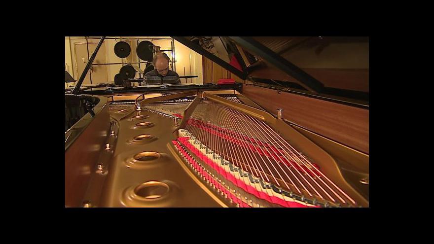 Video NO COMMENT: Stěhování klavíru do Besedního domu