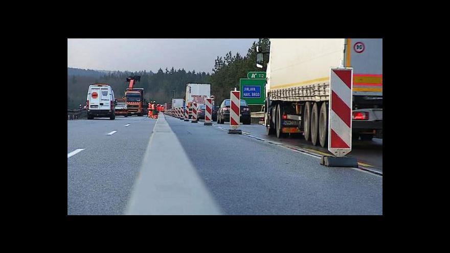 Video Na dálnici D1 se vrátili dělníci, zkomplikovali dopravu