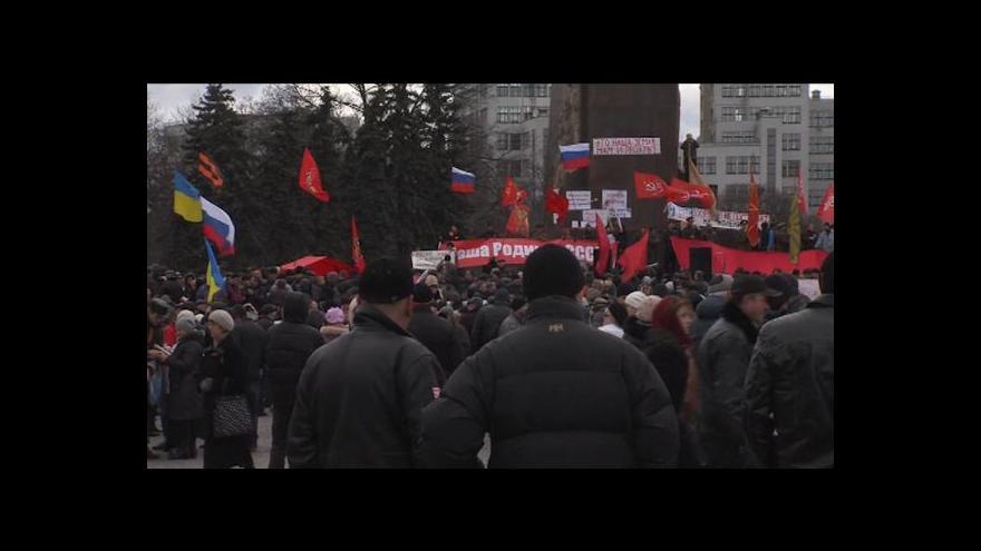 Video Zpravodajka ČT v Charkově: Ruské, charkovské i carské vlajky
