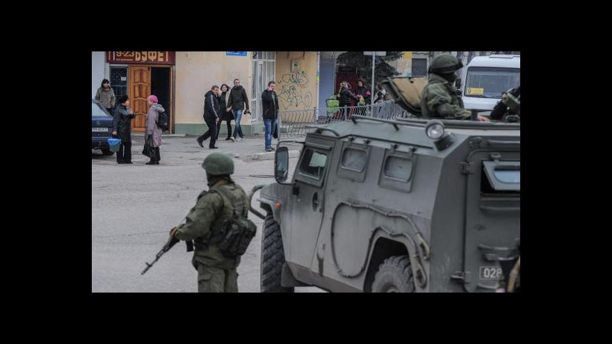 Video Zpravodaj ČT Karas: Ruští kozáci postavili na hranici Krymu závory