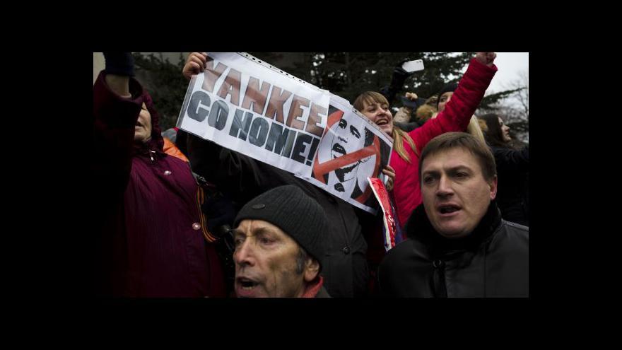 Video Zpravodaj Čro na Krymu: Před krymským parlamentem jsou proruští demonstranti