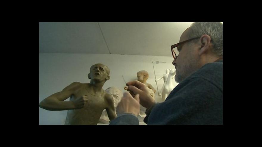 Video Práci na soše Emila Zátopka popisuje zlínský autor Radim Hanka