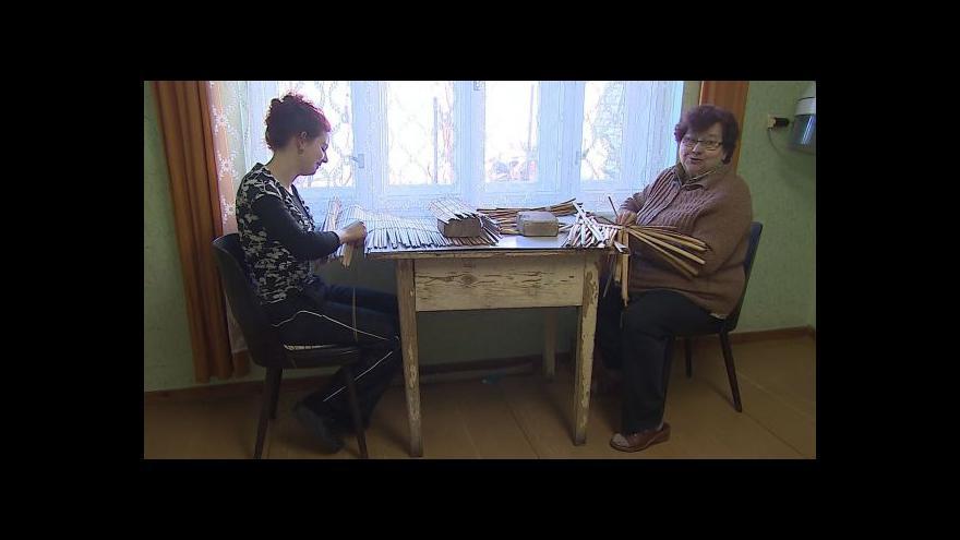 Video Pletení z orobinců popisuje paní Kozumplíková