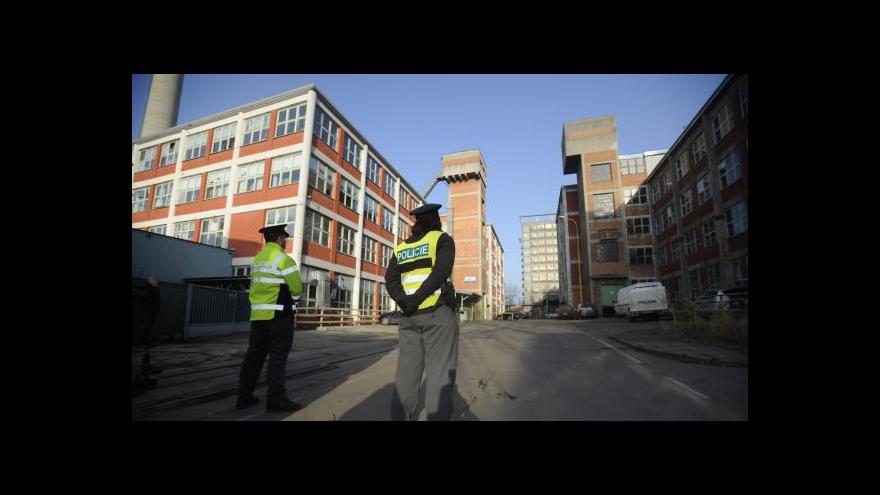 Video Policie našla ve zlínském areálu zbraně