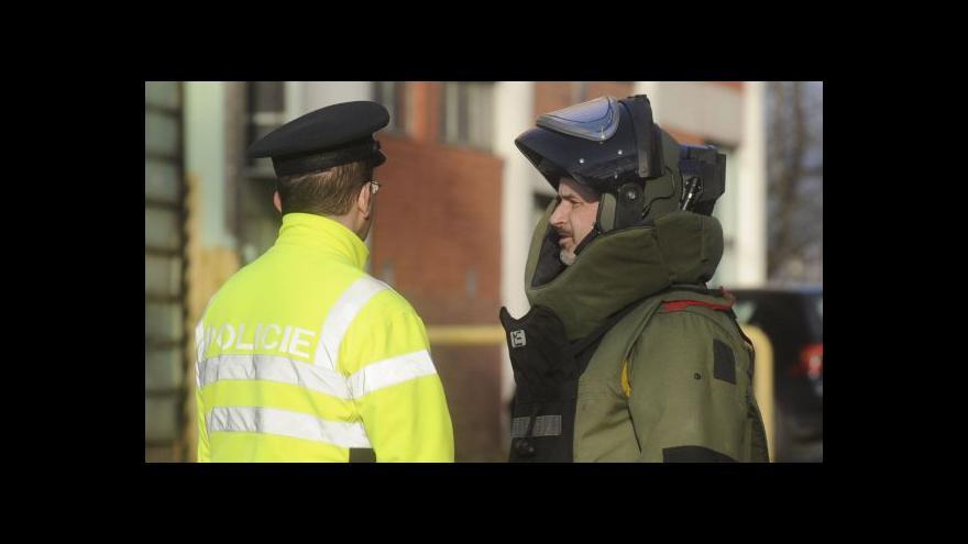 Video Policisté vynášejí zbraně a výbušniny ze 45. budovy