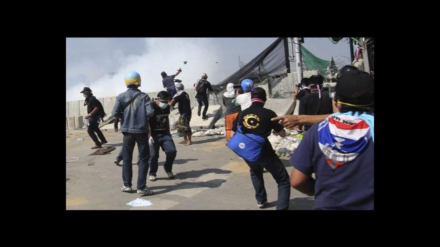 Video Thajští demonstranti obklopili sídlo vlády