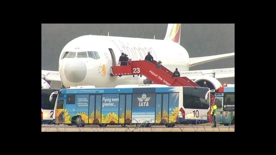 Video Etiopan unesl letadlo, chtěl azyl ve Švýcarsku