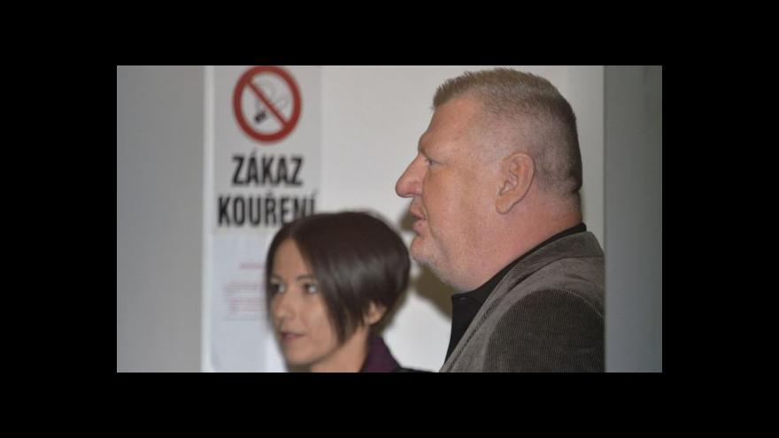 Video Ivo Rittig opouští budovu policejního ředitelství