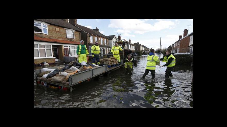 Video Povodně v Británii: 30metrové vlny a voda ve druhém patře