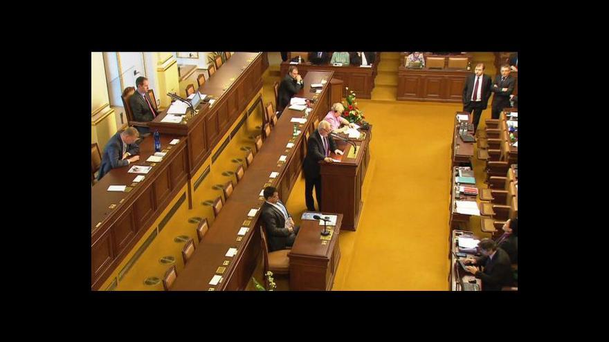 Video Multifunkčními politiky se sněmovna jenom hemží