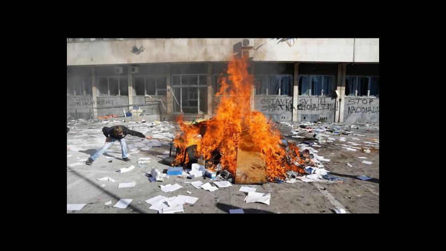 Video Bosnou se šíří násilné protesty