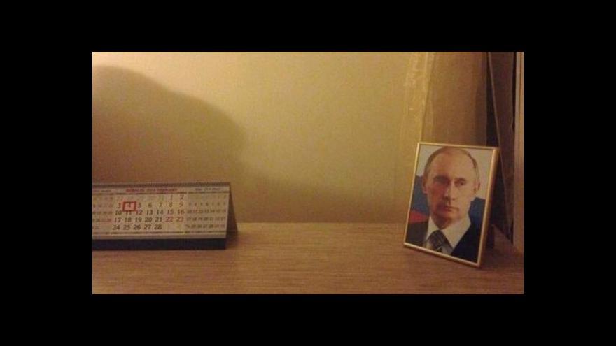 Video Voda neteče, Putinův portrét na stole ale nechybí