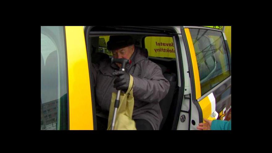 Video Po Českém Krumlově se rozjel první taxík pro důchodce