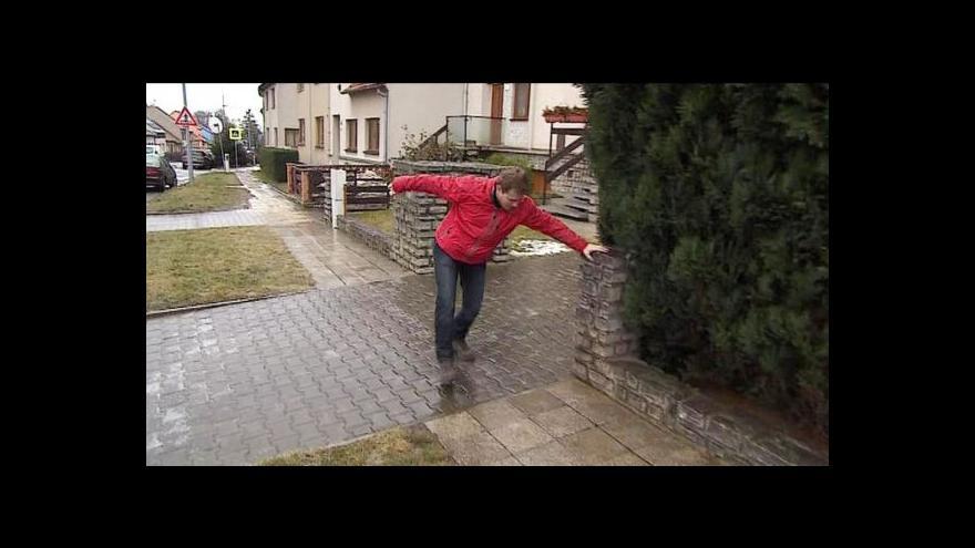 Video Ledovka dělala problémy chodcům i řidičům
