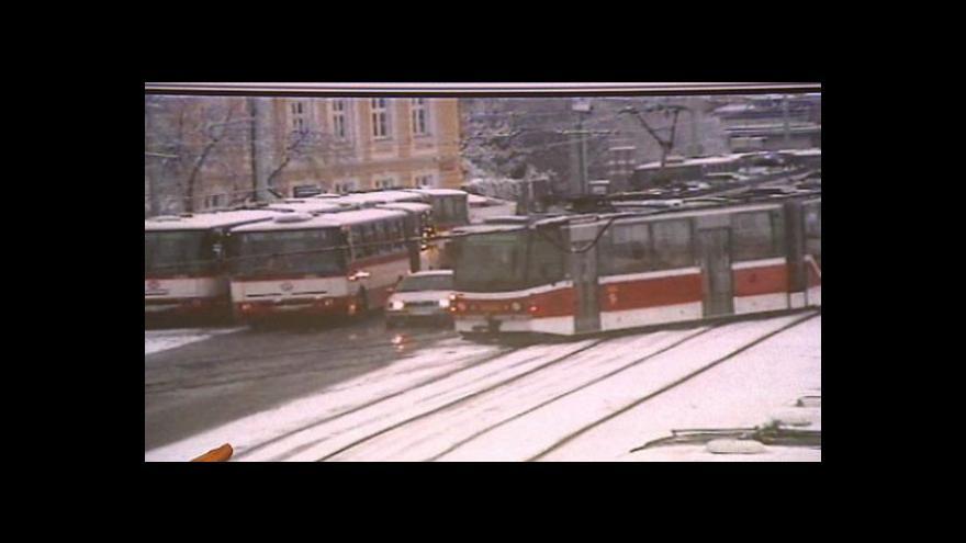 Video Zima a led zapříčinily nehody na severu Čech a problémy v pražské MHD