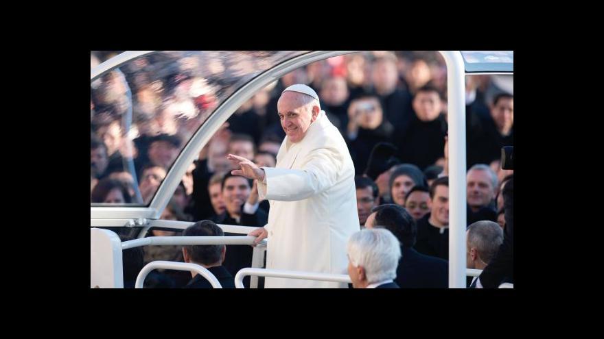 Video Papež kašle na pravidla: starého přítele pozval do papamobilu