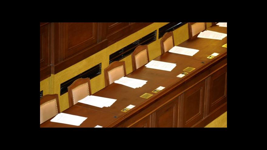 Video Poslanci mimořádně projednají služební zákon