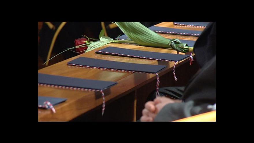 Video Přes 80 budoucích profesorů čeká kvůli sporu na své jmenování