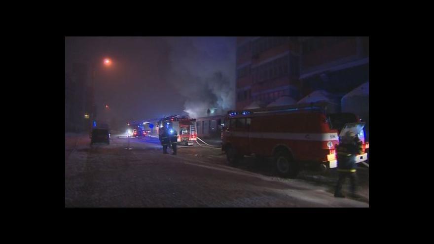 Video NO COMMENT: Hasiči bojují s požárem v areálu Svitu ve Zlíně