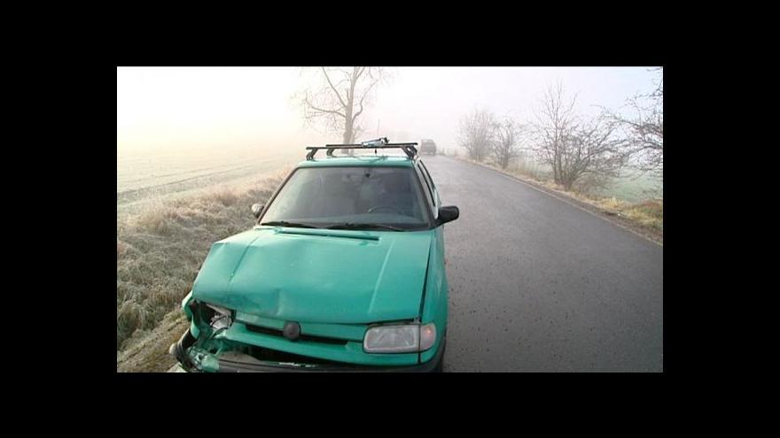 Video Hustá mlha a náledí ráno komplikovaly provoz