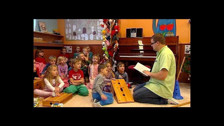 Video Ve školkách by měli učit i učitelé-muži
