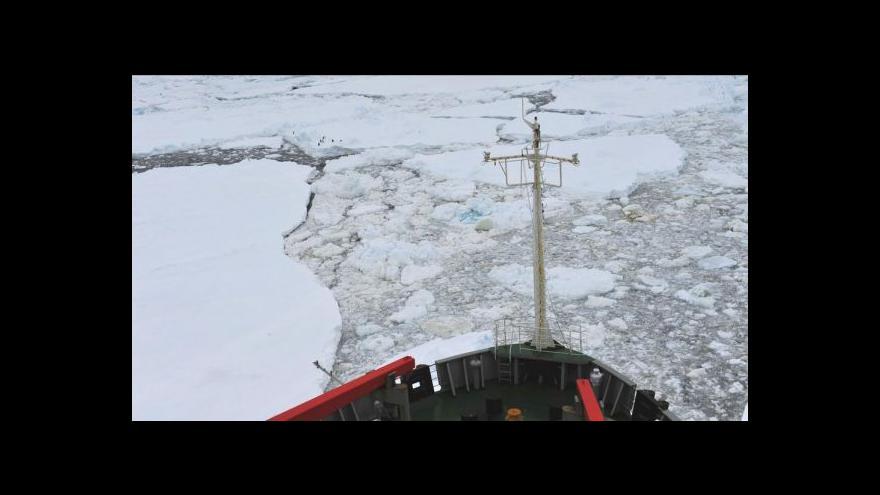 Video Čínský ledoborec zůstává u Antarktidy