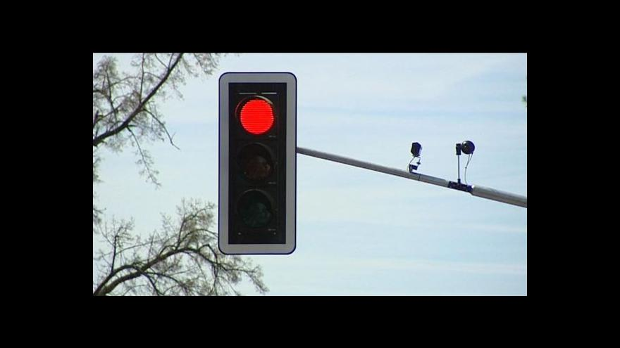 Video Městská policie nesmí trestat za jízdu na červenou, rozhodl soud