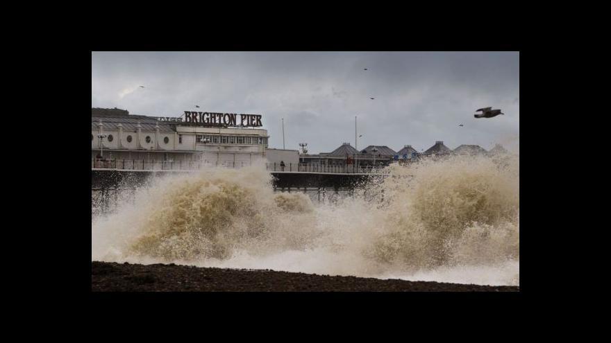 Video Spolupracovník ČT Kytka: Britské pobřeží zasáhly 20metrové vlny