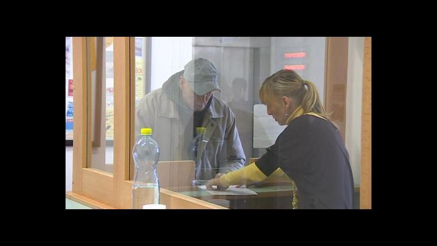 Video Události, komentáře k vyplácení sociálních dávek na úřadech
