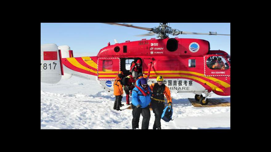 Video Čínský vrtulník vysvobodil cestující ze zamrzlé lodi