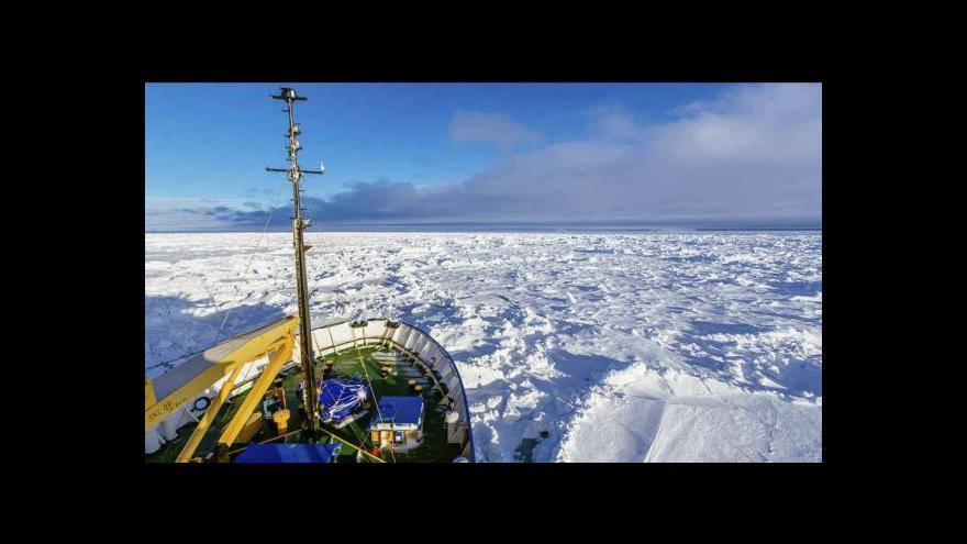 Video Vrtulník vyzvedl pasažéry ze zamrzlé lodi