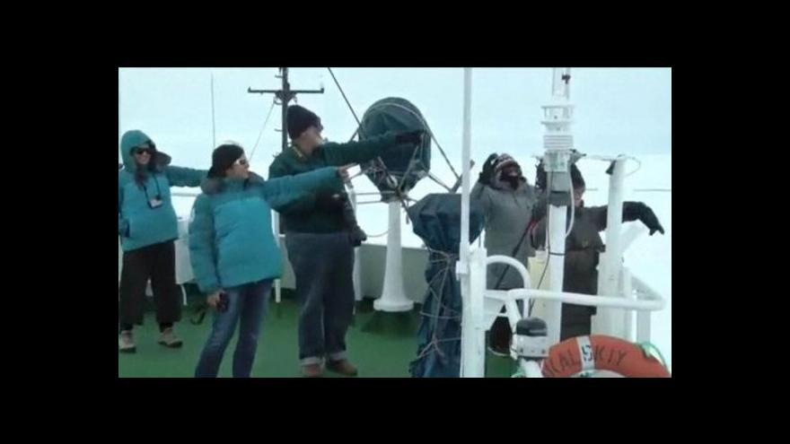 Video Posádka lodi Akademik stále čeká na záchranu