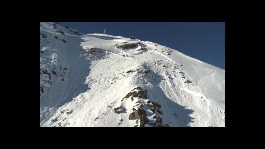Video Pod lavinami v Alpách umírají lyžaři