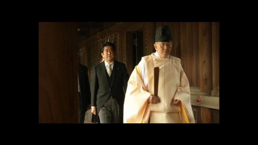 Video Japonský premiér navštívil kontroverzní svatyni Jasukuni