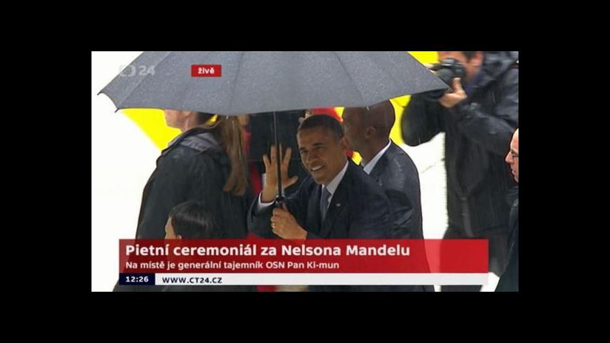 Video Barack Obama si v JAR potřásl rukou s Raúlem Castrem