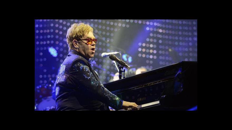Video Elton John zahrál v Praze