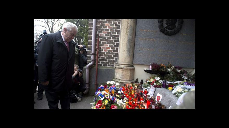 Video Prezident Zeman pokládá kytici k hrobu Václava Havla