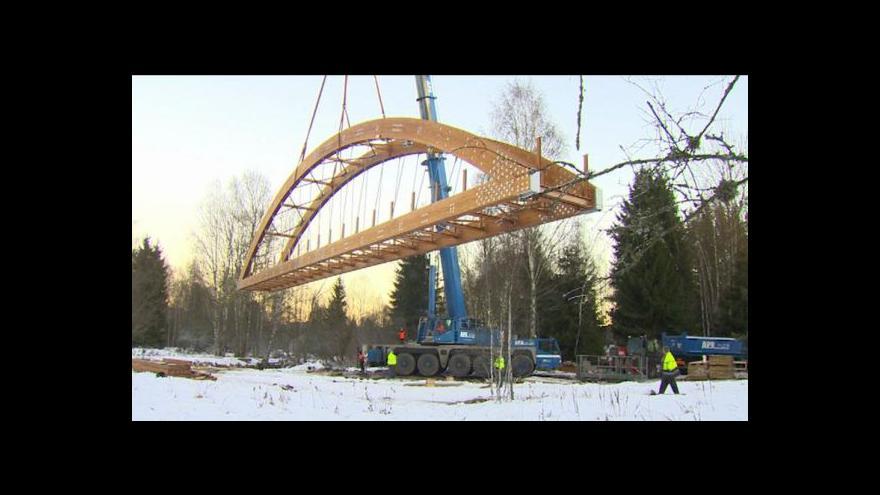 Video Na Šumavě vyrostl nejdelší dřevěný most v Česku