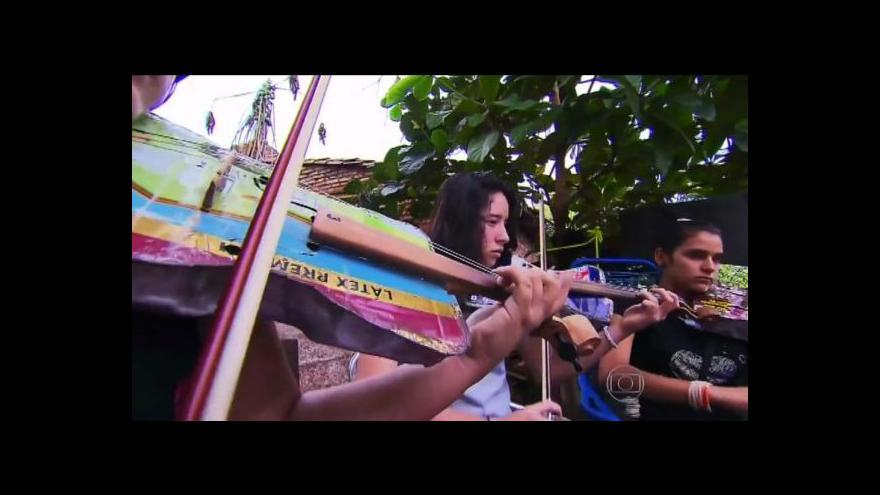 Video V Paraguayi hraje recyklovaný orchestr