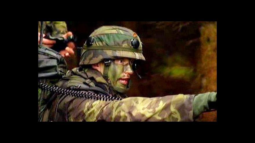 Video Elitní vojáci převzali odznak v kryptě, kde se skrývali parašutisté