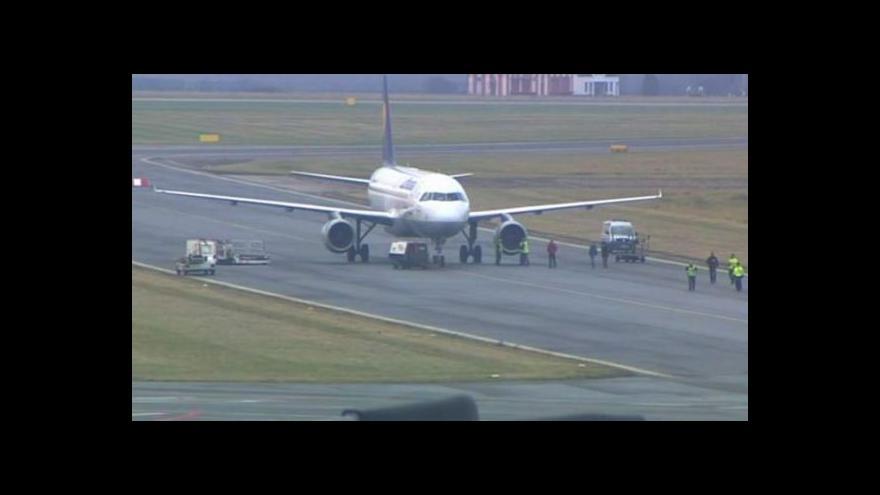 Video Bez komentáře - letadlo Lufthansy policie odstavila do krizové zóny