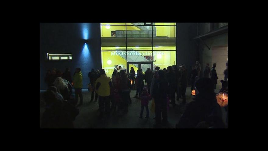 Video NO COMMENT: Lampionový průvod Noci divadel v Brně